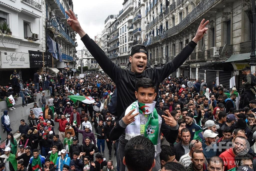 5期目狙うアルジェリア大統領、スイスから帰国 各地で抗議デモ続く