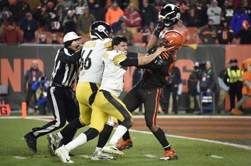 相手選手から奪ったヘルメットで頭部を殴打、NFLで乱闘騒ぎ