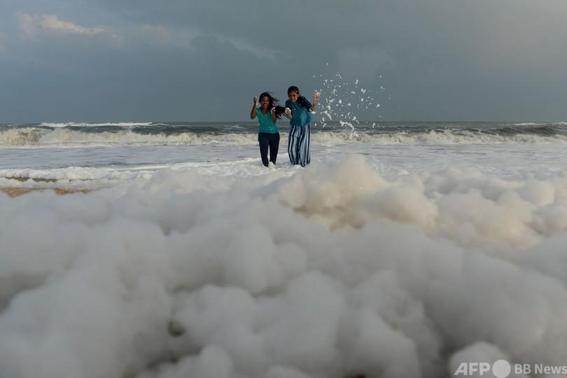 雲の上のよう? 汚染でビーチに広がる泡 インド 写真11枚 国際ニュース ...