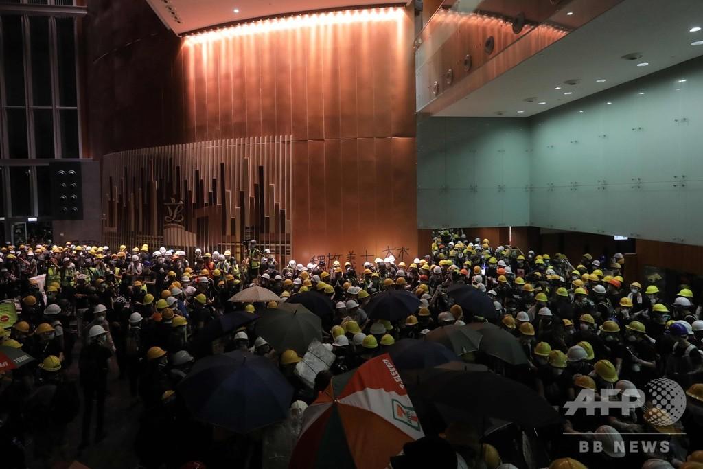 香港のデモ隊、議会の建物内部に突入