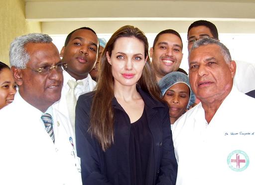 アンジェリーナ・ジョリー、ハイチの被災児を訪問