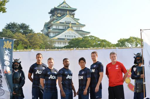 マンU、新シーズンのアウェーユニホームを大阪城でお披露目
