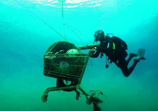 「潮目変えたい」 海洋ごみと闘うギリシャの有志たち