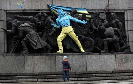 ブルガリアのソ連兵像がウクライナ色に、反政権デモ支持示す