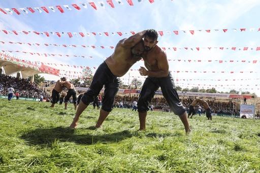 ぬるぬるで激闘、トルコでオイル・レスリング大会