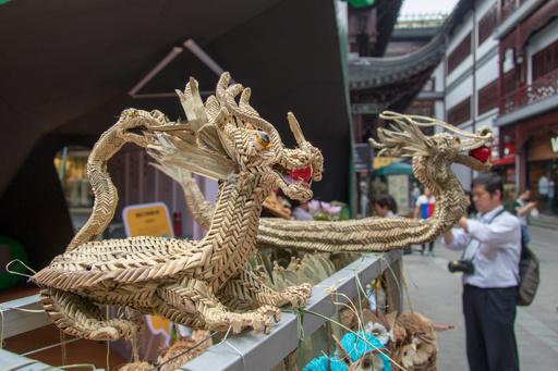 ちまきの葉で伝統工芸「シュロの葉細工」 上海で端午文化節にちなむ