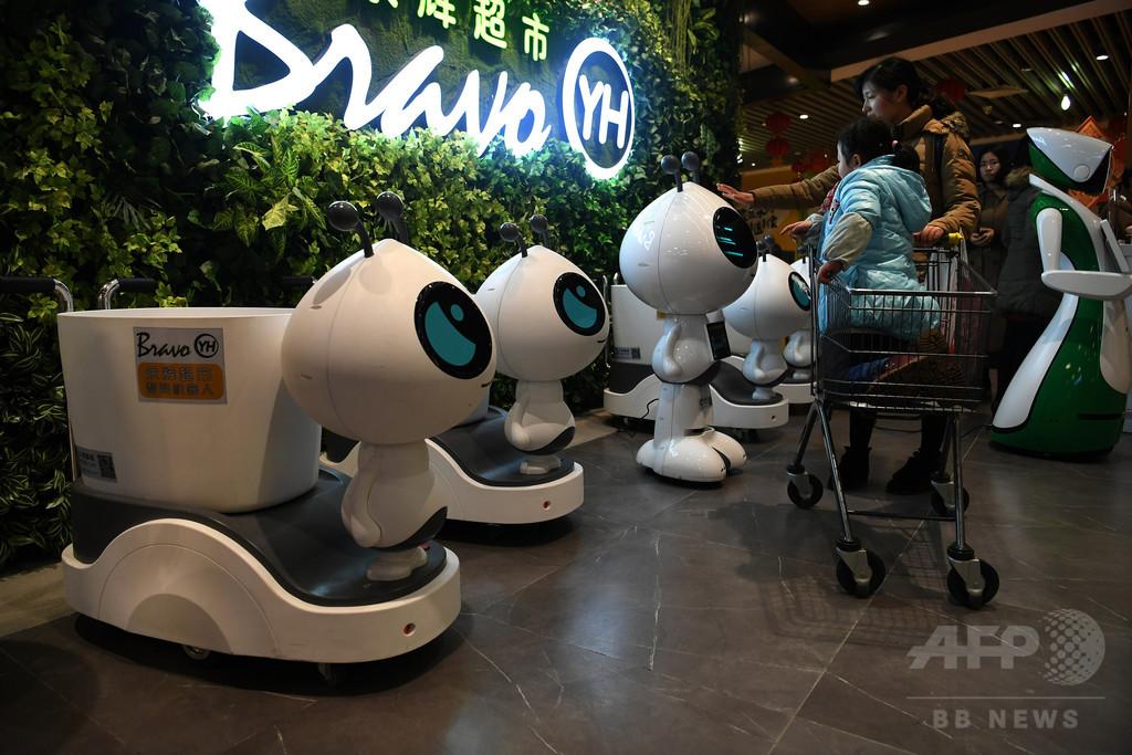 「オカイモノテツダイマス」 重慶のスーパーで働くロボット店員たち