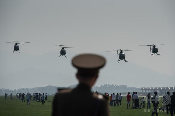 北朝鮮が初の公開航空ショー、米製のヘリコプターも登場