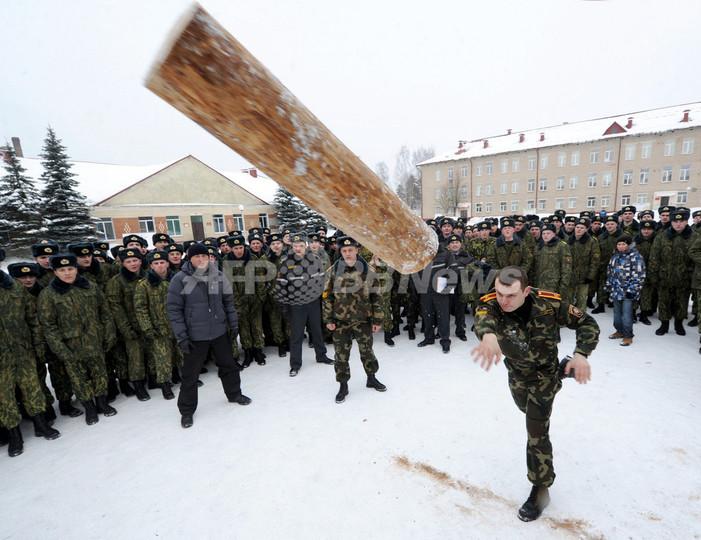 ベラルーシ「祖国防衛の日」を祝うイベント、兵士が力比べ