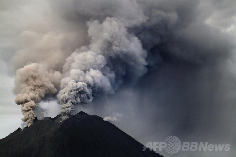 シナブン山の噴火が活発化、1万9000人以上が避難 インドネシア