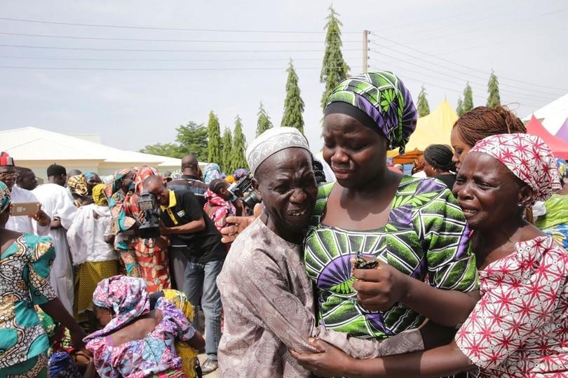 ボコ・ハラムから解放された82人の少女、両親と涙の再会