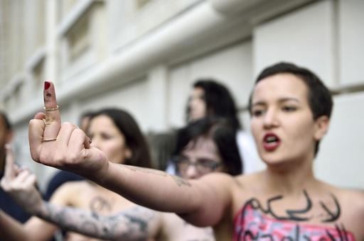 エジプトの大量死刑判決にトップレス抗議、仏パリ