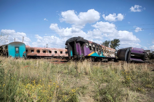 列車とトラックが衝突、18人死亡254人負傷 南アフリカ