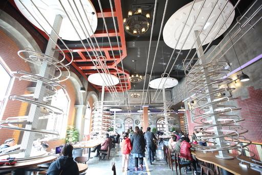動画:料理が上からやってくる!ジェットコースター・レストラン 上海市