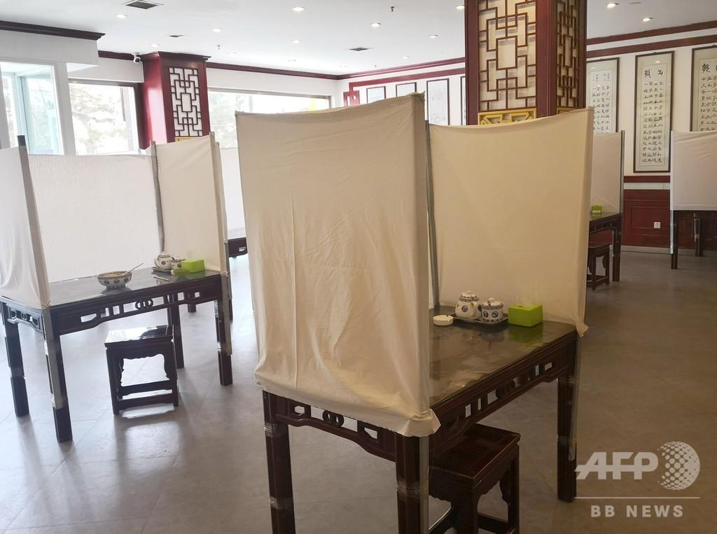 新型ウイルス対策としてテーブルを囲って「個室」にした甘粛の牛肉麺店