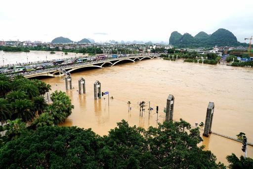 桂林・漓江、豪雨で川下り船が運航停止
