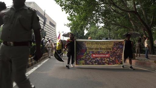 動画:チベット人が反中デモ、香港への連帯示す インド
