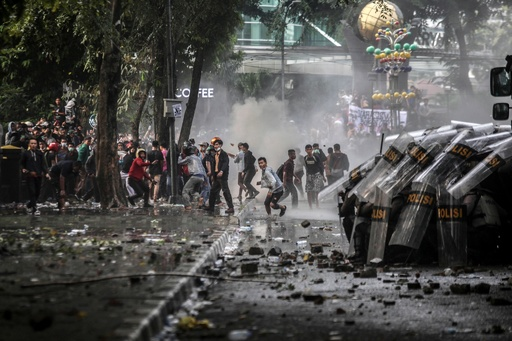 インドネシア、デモ激化で学生2人死亡 法改正案に反発