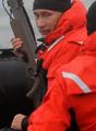 荒海でクジラ撃ちのプーチン首相、「人生は危険なもの」とうそぶく