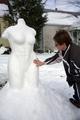 「刺激的すぎ」?ミロのビーナス風の雪像、ビキニ着る羽目に 米国