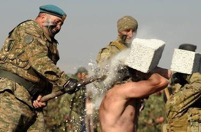 生肉を食すのも訓練?アルメニアの精鋭部隊が成果を披露