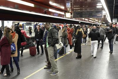 パリ中心部の電車内で陣痛…! 15人の手助けで無事出産