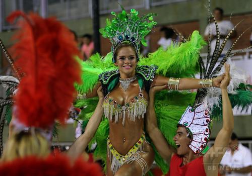 パラグアイ最大のカーニバル「ジャマーダス」、ダンサーらが競演 ▲ キャプション表示 ×パラグアイ