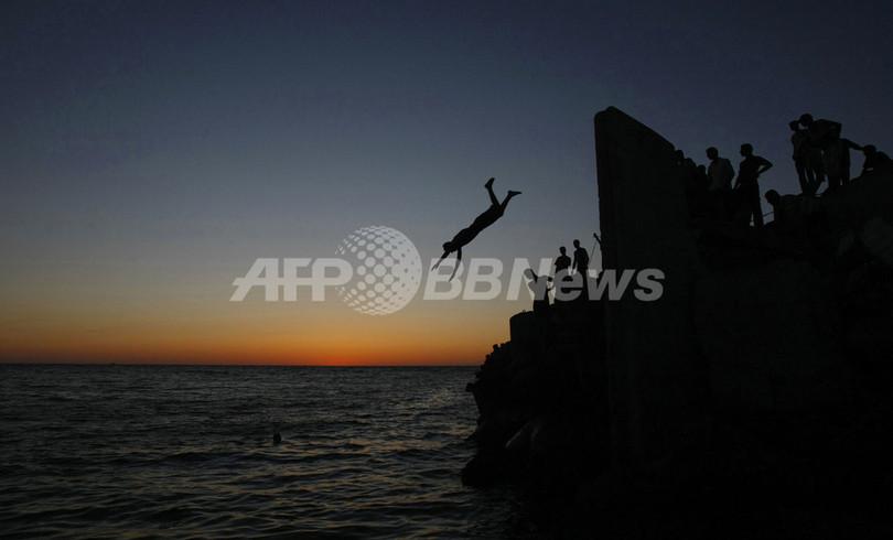 ガザ市で海にダイブ