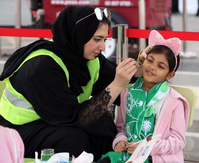 サウジで初、女性がサッカー生観戦 「歴史的な日」と喜び