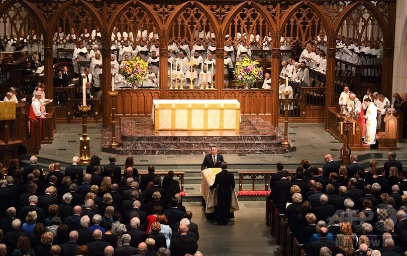 バーバラ・ブッシュさんの葬儀、元米大統領4人が最後の別れ