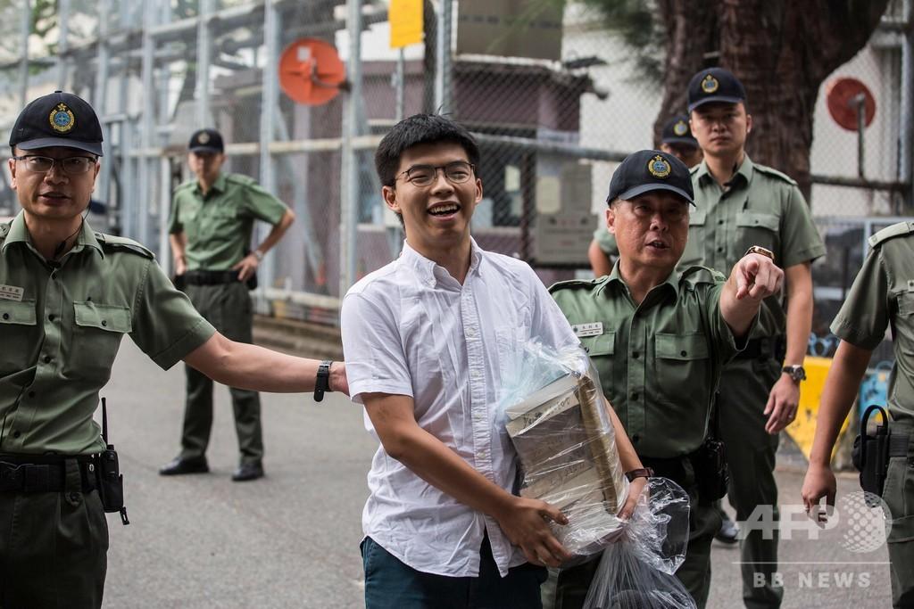 雨傘運動の学生リーダー釈放、行政長官に辞任求める  香港