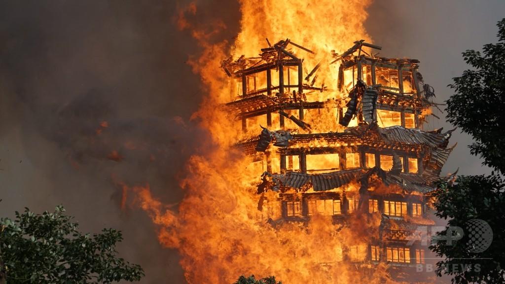四川の九龍寺で火災 約800平方メートルが焼失、16層の木造塔も