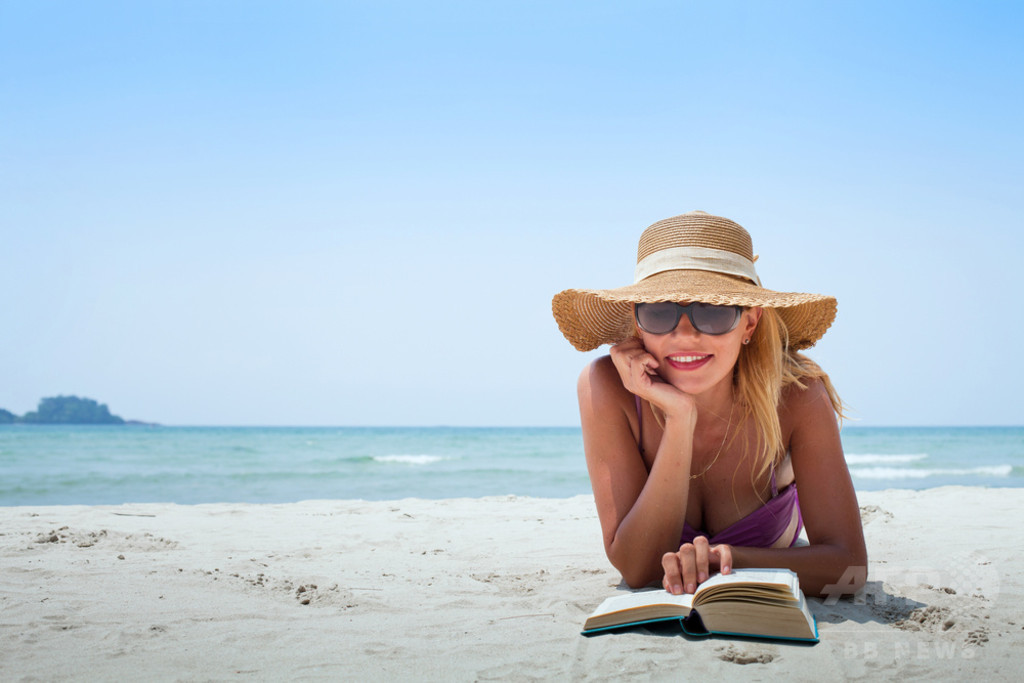 欧州の旅行者、休暇中の楽しみは今も「読書」