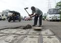 道路の穴埋め続ける印男性、事故で亡くした息子への思い
