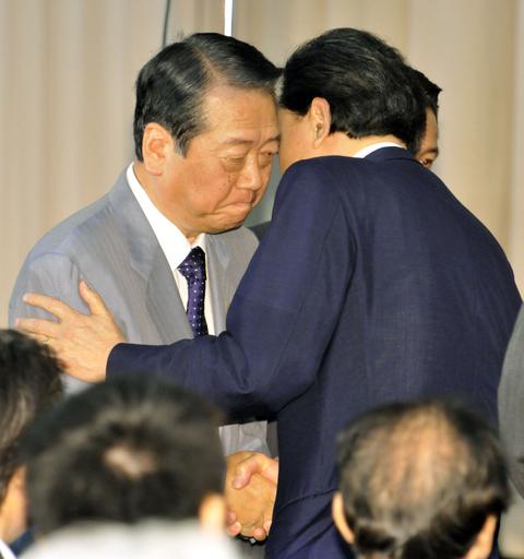 鳩山首相、辞意表明 小沢幹事長にも辞任求める