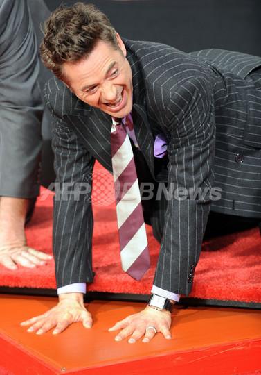 ロバート・ダウニー・Jr、ハリウッドに手形足形を刻む