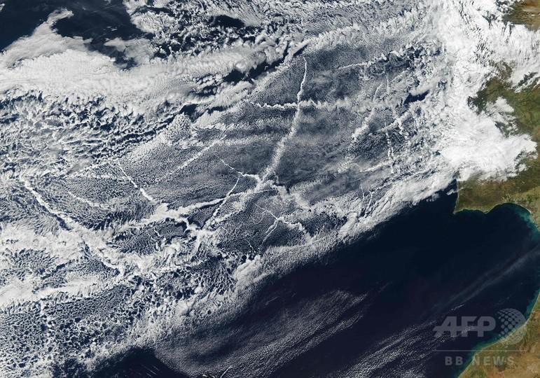 船が作る雲、ポルトガル・スペイン沖で撮影 NASA