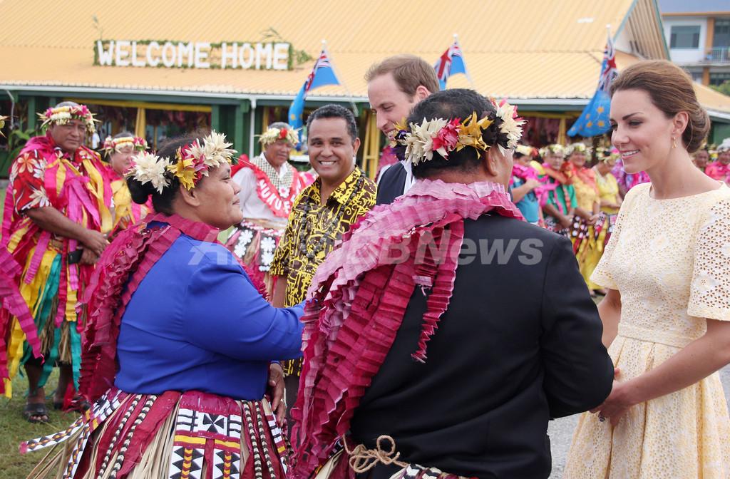 英国のウィリアム王子とキャサリン妃、南太平洋のツバルを訪問