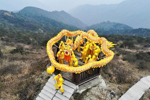 山頂に舞う「群竜」 浙江・竜泉山