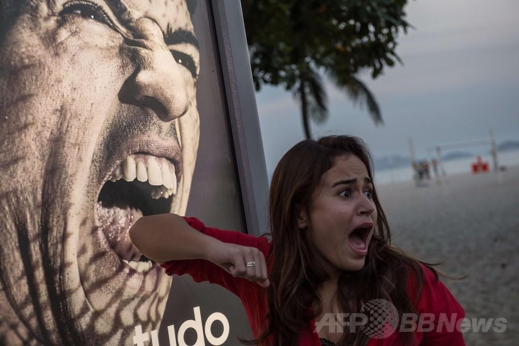 スアレス選手に「かみつかれる」観光客、ブラジル