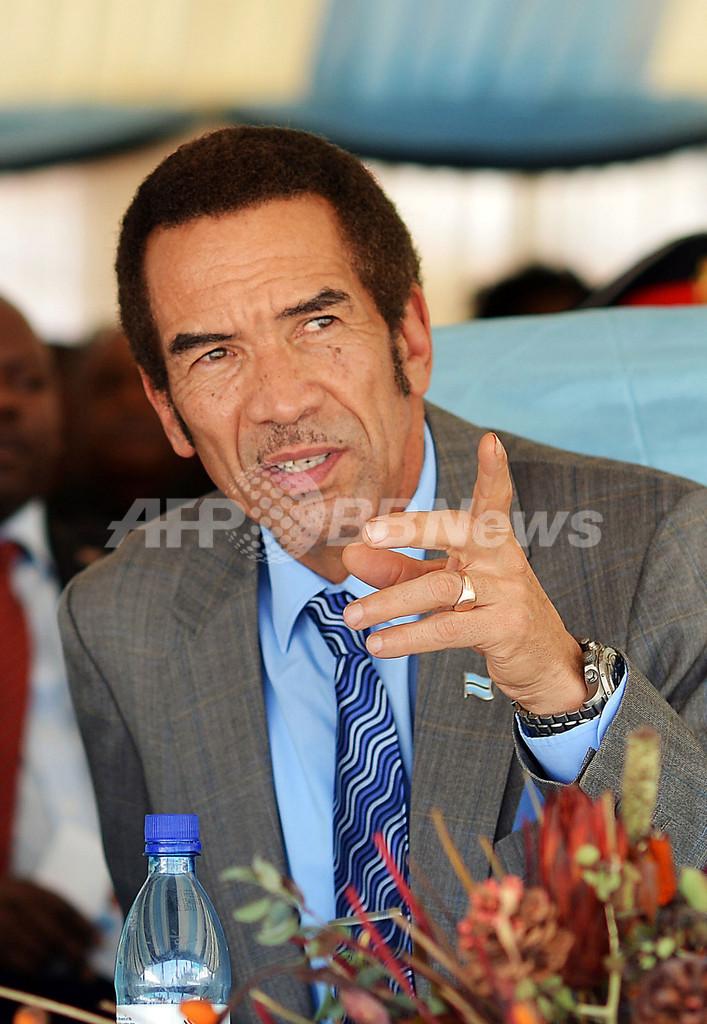 野生動物保護に熱心なボツワナ大統領、チーターに顔を引っかかれる