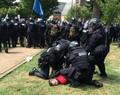 米で白人主義者らと反対派が衝突、車突入などで3人死亡 35人負傷 写真6 ...