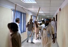 パキスタン首相退陣要求デモ、国営テレビ局に乱入