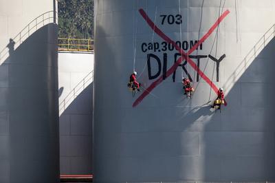 パーム油施設をオキュパイ、森林破壊に活動家らが抗議 インドネシア
