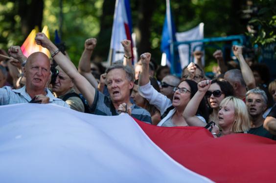 EU、判事の定年引き下げでポーランドを提訴 「司法の独立損ねる」