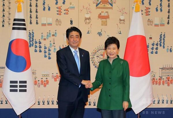 安倍首相と朴大統領が初会談、慰安婦問題の交渉加速で一致