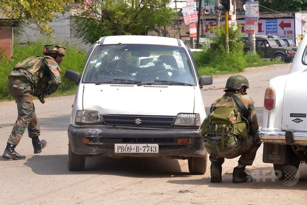 武装集団が警察署襲撃、10人死亡 インド