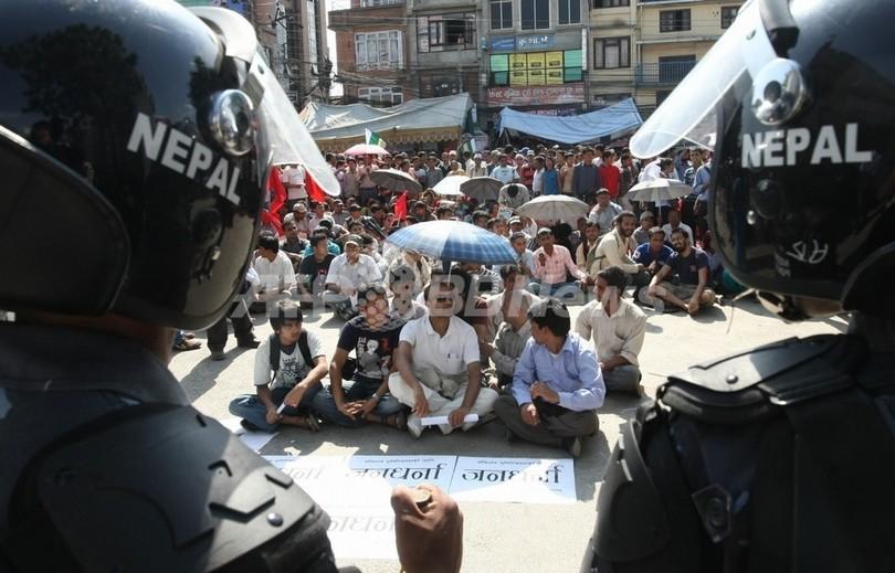 悪評のネパール交通警察官、映画スターをマナーの講師に