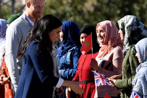 モロッコ訪問中の英王子夫妻、地元女子生徒らと交流