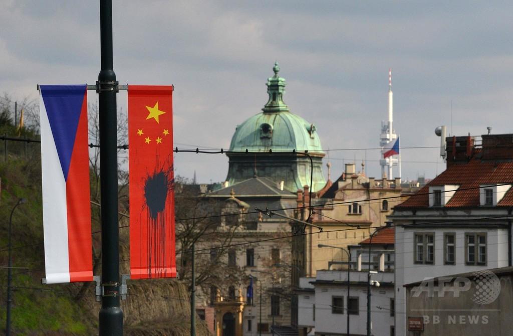 中国国旗に黒い液体、習主席訪問前に チェコ